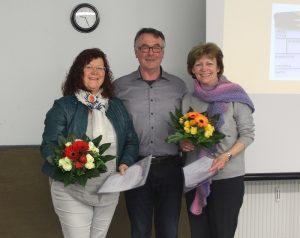 Das Bild zeigt Cornelia Manz, Hubert Reusch und Renate Brucker bei der Hauptversammlung 2018